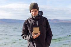 Jonge mens die een giftdoos in zijn handen houden royalty-vrije stock afbeelding