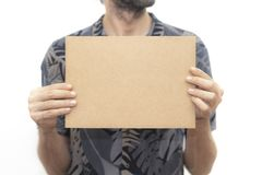 Jonge mens die een kartonbanner houden stock fotografie