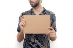 Jonge mens die een kartonbanner houden royalty-vrije stock afbeelding