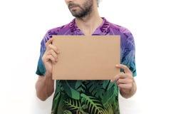 Jonge mens die een kartonbanner houden stock foto's