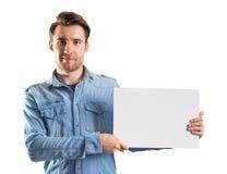 Jonge mens die een lege document pagina tonen Royalty-vrije Stock Afbeeldingen