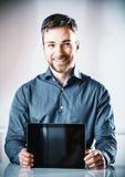 Jonge mens die een lege tablet-PC steunen royalty-vrije stock afbeelding