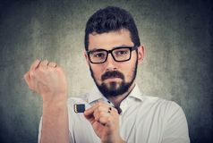 Jonge mens die een microchip bereid houden om het onder de huid te inplanteren royalty-vrije stock foto