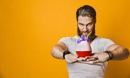 Jonge mens die een multicolored cocktail houden royalty-vrije stock foto's