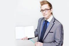Jonge mens die een nota houdt Stock Foto's
