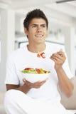 Jonge Mens die een Salade eet stock afbeeldingen