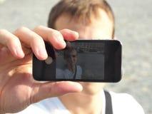 Jonge Mens die een Selfie met Zijn Mobiele Telefoon nemen Royalty-vrije Stock Foto