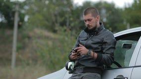 Jonge mens die een smartphone gebruikt stock videobeelden