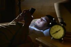 Jonge mens die een smartphone gebruikt royalty-vrije stock foto's