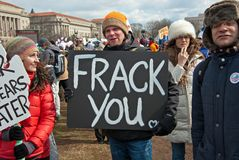 Jonge Mens die een Teken van het Protest dragen Stock Foto