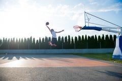 Jonge mens die en een fantastische slag springen maken het spelen stree onderdompelen stock foto