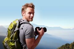 Jonge mens die foto bovenop berg nemen Royalty-vrije Stock Foto