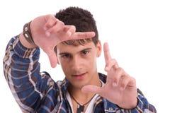 Jonge mens die frame handgebaar toont Royalty-vrije Stock Foto's