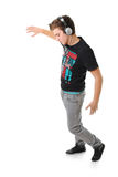Jonge mens die geïsoleerdee van muziek geniet stock foto's