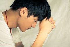 Jonge mens die gedeprimeerd kijken Stock Foto's