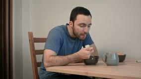 Jonge mens die geen eetlust voor zijn ontbijt hebben stock video