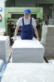 Jonge mens die in GLB in drukfabriek werken royalty-vrije stock fotografie