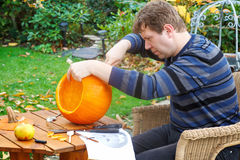 Jonge mens die Halloween pompoen maakt Royalty-vrije Stock Foto