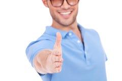 Jonge mens die handen aanbiedt te schudden Royalty-vrije Stock Afbeeldingen