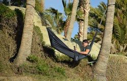 Jonge mens die in hangmat het Strand van de Rotsstapel in Laguna Beach overzien, Californië Stock Fotografie