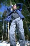 Jonge mens die in het bos wordt verloren Stock Foto