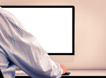 Jonge mens die het lege computerscherm bekijken Stock Foto