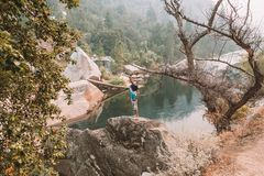 Jonge mens die het Nationale Park van Yosemite onderzoeken royalty-vrije stock afbeeldingen