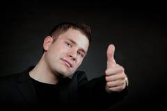 Jonge mens die het o.k. teken gesturing Stock Foto