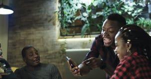 Jonge mens die interessant verhaal met vrienden delen royalty-vrije stock foto