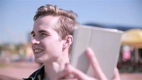 Jonge mens die kaart op zijn tablet bekijken, stock video