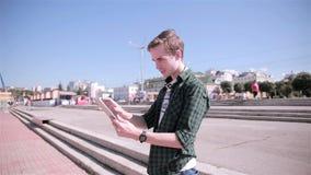 Jonge mens die kaart op zijn tablet bekijken, stock footage