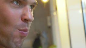 Jonge mens die in koffie sushi met eetstokjes eten 4k, close-up stock footage