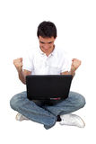 Jonge mens die lap-top met behulp van Royalty-vrije Stock Afbeeldingen