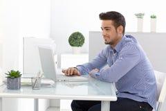 Jonge mens die laptop computer met behulp van Royalty-vrije Stock Fotografie