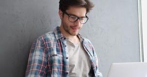 Jonge mens die laptop en creditcard gebruiken stock videobeelden