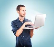 Jonge mens die laptop houden royalty-vrije stock afbeeldingen