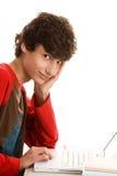 Jonge mens die laptop met behulp van royalty-vrije stock afbeelding