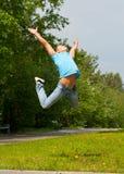 Jonge mens die in lucht springt Royalty-vrije Stock Foto