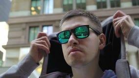 Jonge mens die in Manhattan lopen stock footage