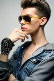 jonge mens die in manierstijl zonnebril dragen Mannelijk Model stock foto's