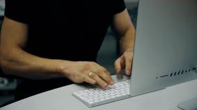 Jonge mens die met computer werken stock video