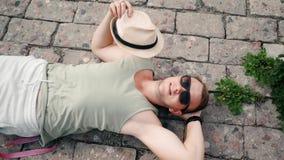 Jonge mens die met een hoed golven om wegens de hitte in langzame motie neer te koelen stock videobeelden