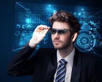 Jonge mens die met futuristische slimme high-tech glazen kijken Royalty-vrije Stock Afbeeldingen