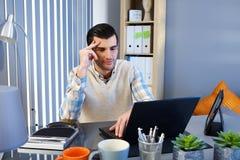 Jonge mens die met laptop computer werkt Stock Foto