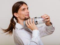 Jonge mens die met schudbeker cocktaildrank maken royalty-vrije stock afbeelding
