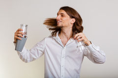 Jonge mens die met schudbeker cocktaildrank maken Stock Foto