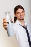 Jonge mens die met schudbeker cocktaildrank maken stock afbeelding