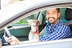 Jonge mens die met zijn hond reizen royalty-vrije stock afbeeldingen