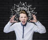 Jonge mens die met zijn omhoog wapens gillen Royalty-vrije Stock Afbeeldingen