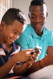 Jonge Mens die Mobiele Telefoon Internet thuis verklaren aan Zoon Royalty-vrije Stock Foto